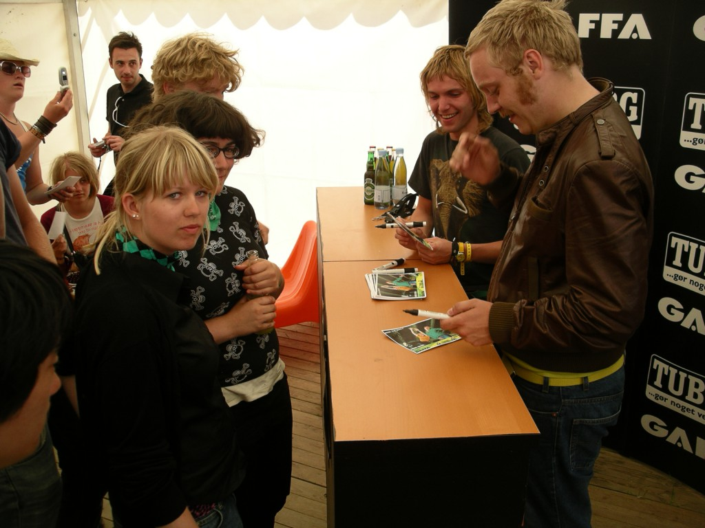 Junior Senior skriver autografer, Roskilde 2005.