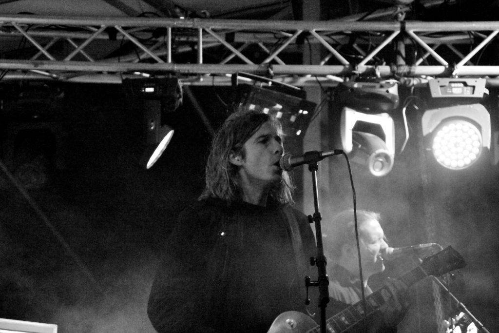 DER var forsanger Jonas Sharp, der ellers måtte leve uden spotlys på scenen